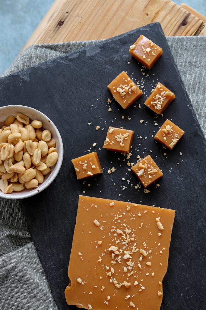 Hjemmelavet karamel med peanuts - simpel opskrift på flødekaramel